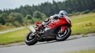 Auf dem BMW-Superbike wird frei gefahren. Als Verbindung zwischen Fahrbahn und Motorrad kommt dem Reifen eine Bedeutung zu, die man so nicht vermuten könnte.