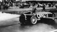 Fritz von Opel, einer der fünf Söhne des Firmengründers, fährt 1928 mit dem raketengetriebenen Opel Rak 2 direkt in die Geschichtsbücher.