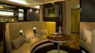Vorbei sind die Zeiten des ausklappbaren Tischchens, denn die Suite hat einen kleinen Essensbereich.