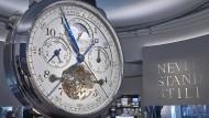 Für die Ehre: Der Tourbograph Perpetual pour le Mérite als überdimensionales Modell am Stand von A. Lang & Söhne.