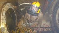 Um das Atmen im trüben Betonit zu erleichtern, hat man die Helme mit einer Wasserspülung für den Lungenautomaten ausgerüstet.