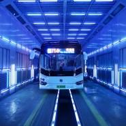 Leuchtendes Beispiel: eine Reinigungsstraße in Schanghai, in der Busse dank UV-Licht virenfrei werden sollen.