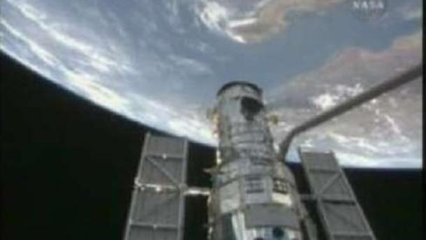 Atlantis fängt Hubble ein