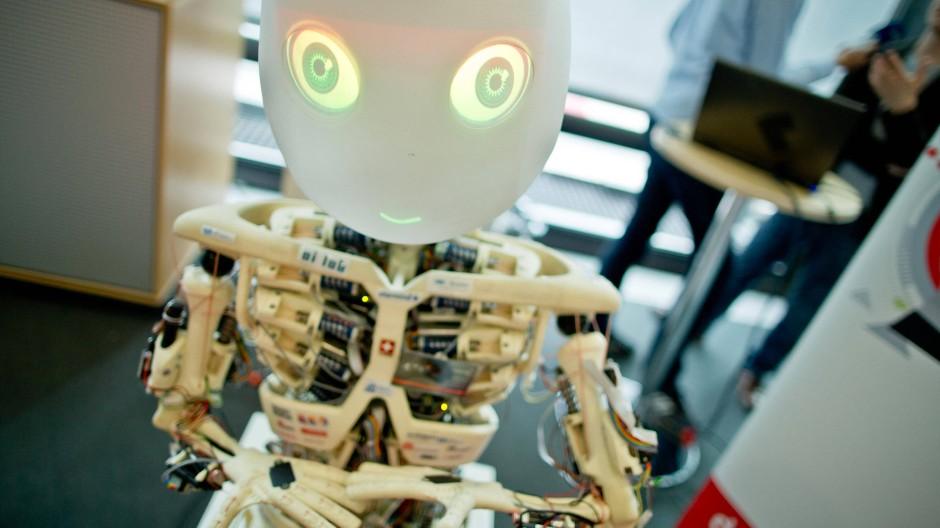 Furchterregend? Ein humanoider Roboter bewegt sich wie ein Mensch und kann Emotionen zeigen.
