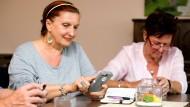 Wie soll das bloß funktionieren? Viele Senioren wünschen sich einfache Handys mit wenig Schnickschnack.