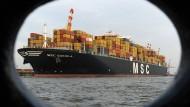 """Symbol der Globalisierung: Das 365 Meter lange Containerschiff  """"MSC Daniela"""" der Linie MSC am Containerterminal in Bremerhaven."""