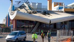 Flughafen-Dach stürzt ein