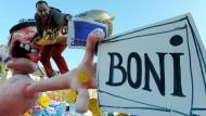 Ging auch nicht sehr gönnerhaft mit dem Thema Boni um: der Düsseldorfer Figurenbauer Jaques Tilly auf einem ehemaligen Rosenmontagswagen
