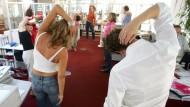Eigentlich total albern: Stretching im Büro