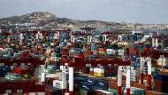 Hafen in Schanghai - mittlerweile ist China das Land, mit dem deutsche Firmen das meiste Geschäft machen.