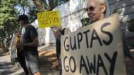 Proteste gegen die indische Unternehmerfamilie Gupta in Johannesburg im April