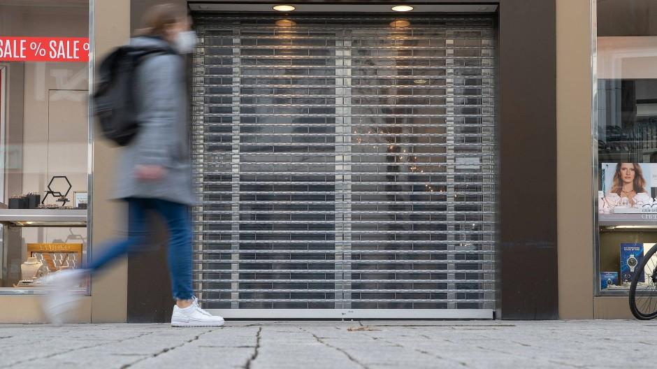 Das Rolltor eines Geschäfts in Osnabrück ist heruntergelassen, da der Laden aufgrund der aktuellen Corona-Situation nicht öffnen darf.