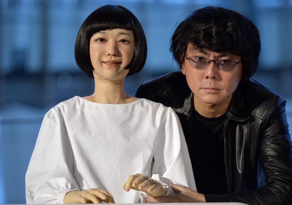 Ishiguro erkennt man auch daran, dass er nie lacht. Auf Witze verzichtet der Wissenschaftler aus Osaka aber nicht. Er lacht dann innerlich – vermuten seine Zuhörer.