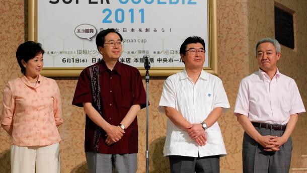 Japaner sollen im Hawaiihemd ins Büro gehen