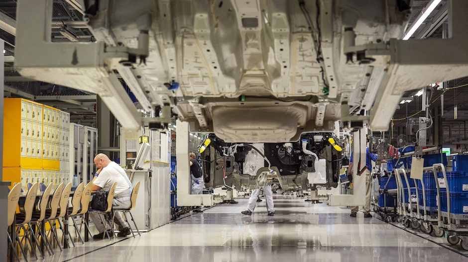 VW-Mitarbeiter in der Autoproduktion von Verbrennungsmotoren im VW-Werk in Zwickau (August 2019)