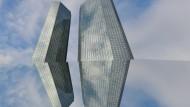 Die Zentrale der Deutschen Bank reflektiert in einem Spiegel.