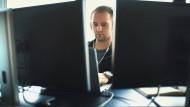 Multitasking: Die Arbeit an vielen Bildschirmen gleichzeitig kann fürchterlich anstrengend sein.