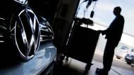 Ein Automechaniker erneuert die Software eines Golfs mit Dieselmotor im Rahmen einer Rückrufaktion.