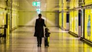 Auch nach Corona seltener unterwegs? Geschäftsreisende am Frankfurter Flughafen