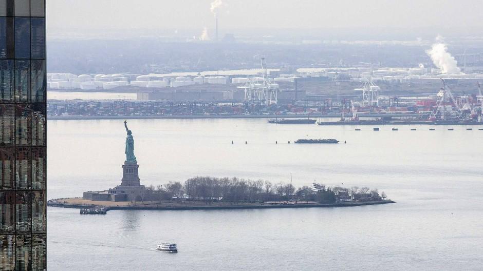 Blick aus dem Wolkenkratzer: Handel im Hafen von New York