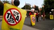 Was Greenpeace von Tisa und Co. hält ist ziemlich klar.