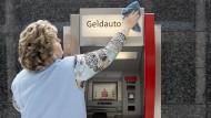 Als erstes Institut der Sparkassenfinanzgruppe hatte die Sparkasse Köln-Bonn im März bekannt gegeben, von einigen vermögenden Privatkunden Strafzinsen zu verlangen.
