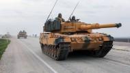 Wafffen aus deutscher Produktion im Einsatz: Leopard-Panzer der Türkischen Armee an der syrischen Grenze