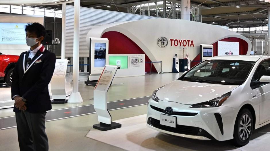 Ein Toyota-Mitarbeiter in einem Showroom in Tokio