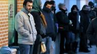 Schlange stehen vor der spanischen Arbeitsagentur: Wer das nicht mehr möchte kommt mittlerweile häufig nach Deutschland.