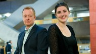 Simon Hanack und Lisa Mehlhorn in der Eingangshalle der University of Applied Sciences in Frankfurt