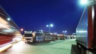 Alles voll: Auf vielen deutschen Rastplätzen finden Lastwagen kaum noch Platz.