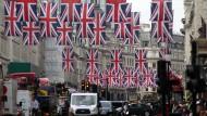 Unzählige britische Flaggen wehen über der Regent Street in London - die Menschen bereiten sich auf die Feiern des 90. Geburtstags ihrer Königin vor.
