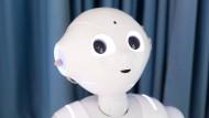 Im Mittelpunkt: Roboter Pepper in der Vorlesung von Anglistik-Professor Jürgen Handke an der Universität Marburg