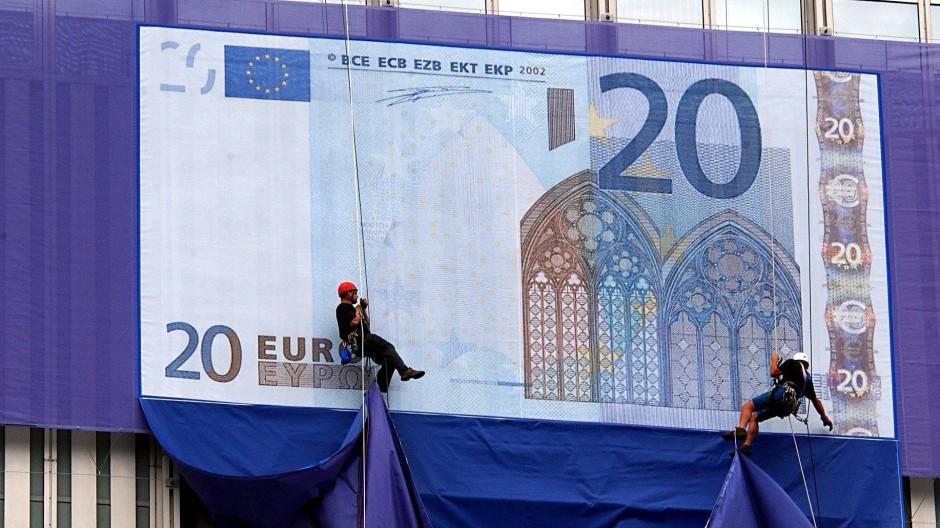 Arbeiter an einem Euro-Poster in Frankfurt