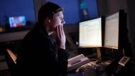 Noch spät am Schreibtisch: Gerade bei Selbständigen ist abendliche Arbeit häufig.