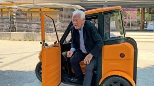 Alter Mann mit Minimobil