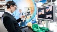 Innovationen zeigen gut, wie wettbewerbsfäig Deutschland ist: Ein Mitarbeiter des Fraunhofer-Instituts, bedient ein neues Kamerasystem, das speziell für den medizinischen Einsatz bei der Operation von Lymphknoten entwickelt wurde.