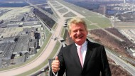 Wilhelm Bender: Der frühere Chef des Frankfurter Flughafens posierte hier beim symbolischen Spatenstich im Jahr 2009 vor einer Computeranimation der neuen Landebahn in Frankfurt - die Bahn ist inzwischen längst in Betrieb.