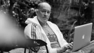 Der Mann im Hintergrund: Wer glaubt, Witze im Fernsehen entstünden spontan, wird von Jens Oliver Haas eines Besseren belehrt.
