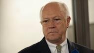 Der Bundestagsabgeordnete Hans-Peter Uhl (CSU) stellt sich die Frage, ob der Gesetzgeber von der Justiz ausgehebelt werden darf.