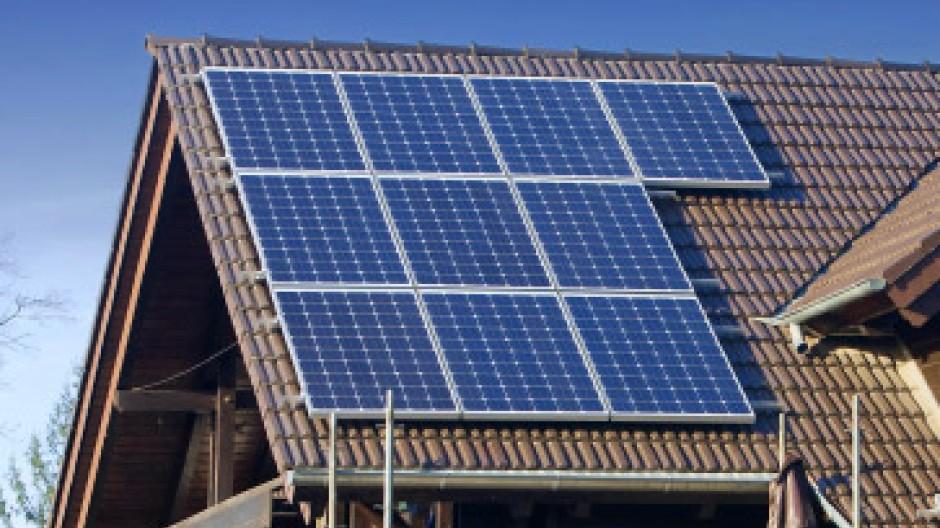 Solarzellen auf dem Dach: Die Förderung wird gekürzt