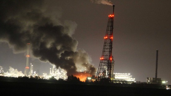 Feuer in Shell-Chemiewerk