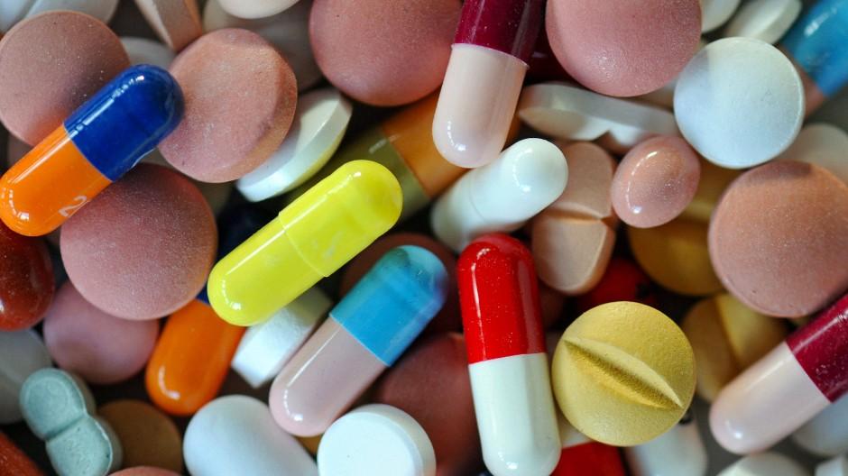 Im deutschen Krankenversicherungssystem bezahlen häufig private Versicherer neue teure Medikamente, bevor Krankenkassen gleichziehen.