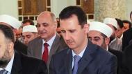 Den syrischen Präsidenten Baschar al Assad, hier beim Gebet, wird das Ölembargo hart treffen