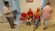 Lesen, plaudern, dösen? Erfurter Studenten untersuchten das Verhalten in Wartezimmern - und mussten auch dafür Drittmittel auftreiben.