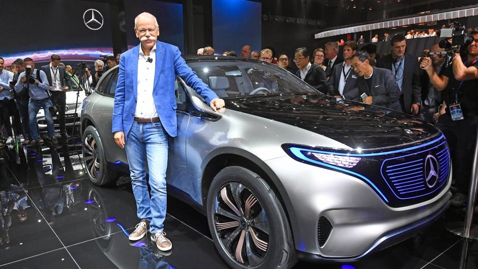 """Da war es noch nur eine Studie: Dieter Zetsche, Vorstandsvorsitzender von Daimler, präsentiert beim Autosalon in Paris die Reihe """"EQ""""."""