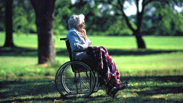 (Service-Bild) Wie sich das Pflegerisiko abfedern laesst