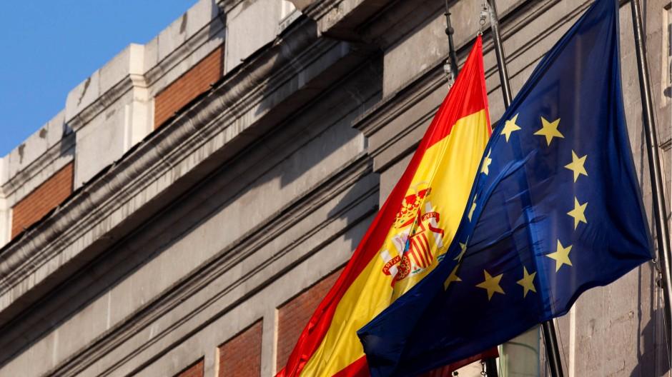 Spanische und europäische Flagge im Einklang: Die Kommission verschont die EU-Defizitsünder vorerst.