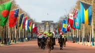 Die Flaggen der Commonwealth-Staaten vor dem Buckingham-Palace in London.
