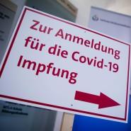 """Ein Schild mit der Aufschrift """"Zur Anmeldung für die Covid-19 Impfung"""" steht im Universitätsklinikum Essen."""